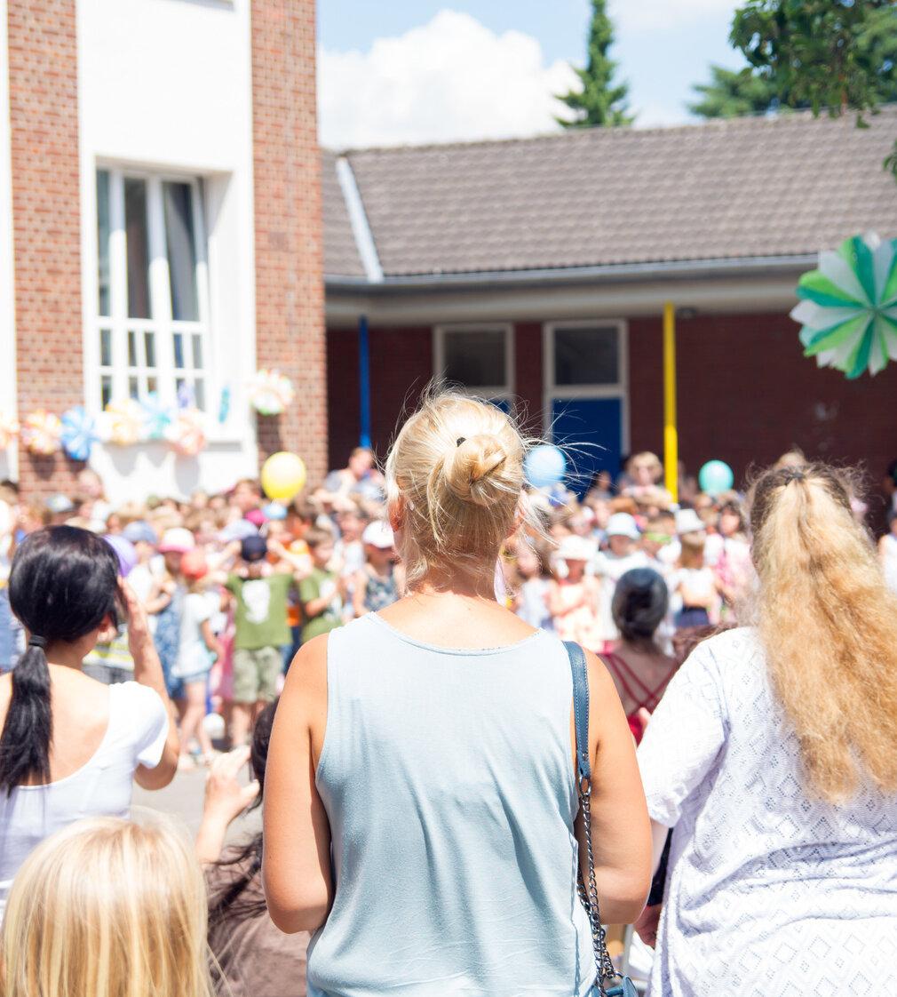 Viele Erwachsene und Kinder auf einem Fest