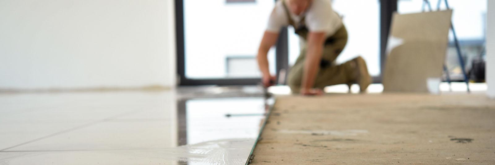 Handwerker verlegt einen Fußboden