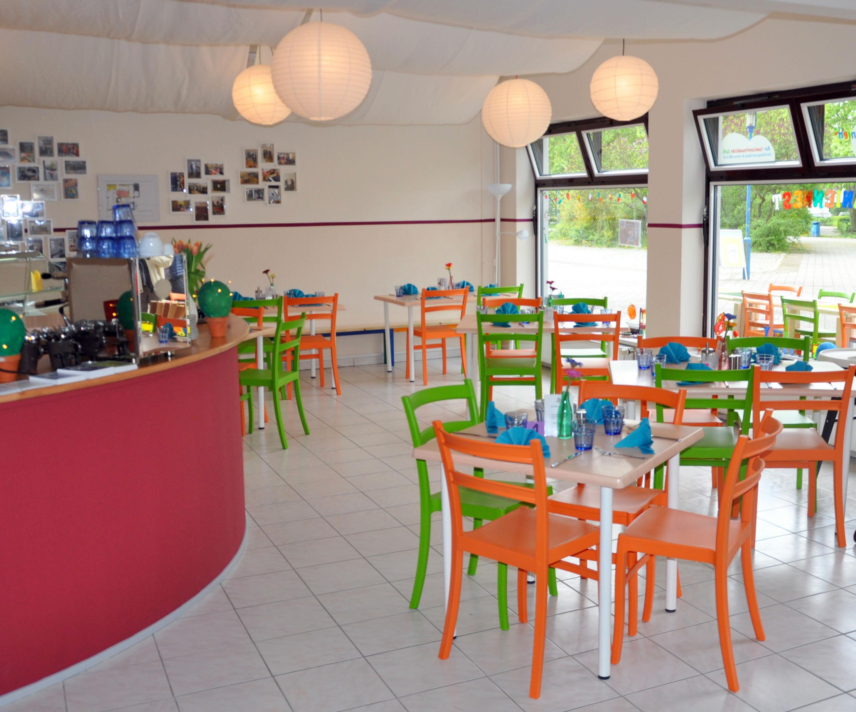 Café mit Tischen und bunten stühlen