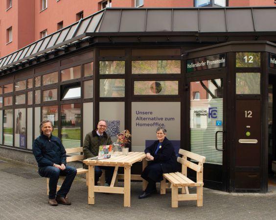 Beteiligte der Erföffnung sitzen auf Bank vor dem Coworking-Space